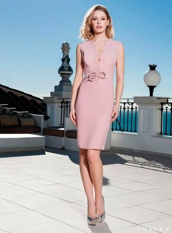 Vestido corto rosa palo de escote profundo