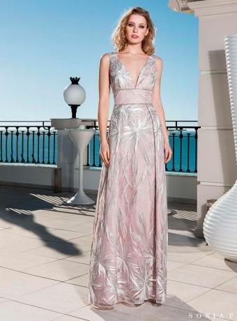 7aaef02cd Vestido rosa largo con lentejuelas en la falda de Moncho Heredia ...