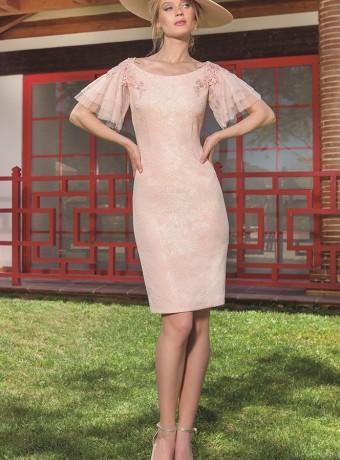 Vestido corto rosa bordado en las mangas