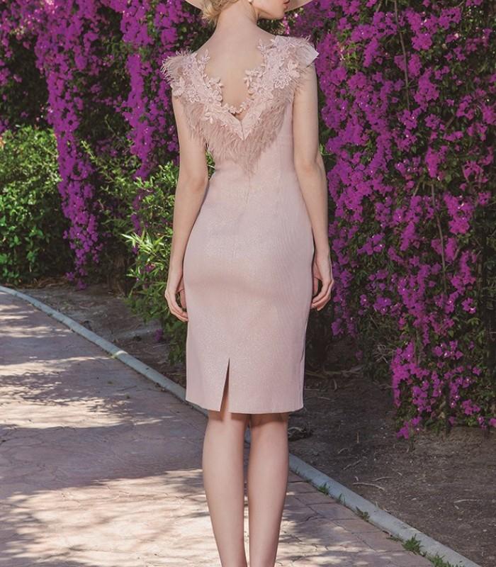 Vestido rosa corto con escote en la espalda