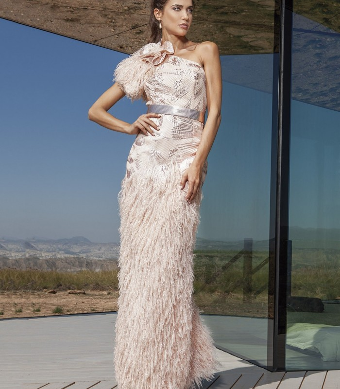 vestido largo con plumas y hombro asimétrico