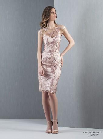 Vestido corto recto con escote corazón y bordados