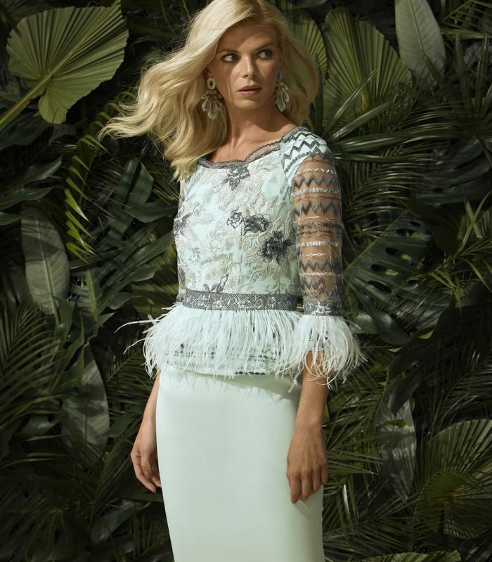vestido corto bordado y con plumas