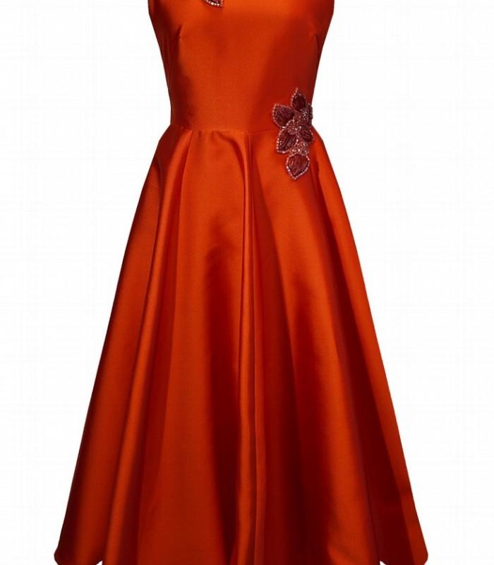 vestido midi naranja con falda de vuelo