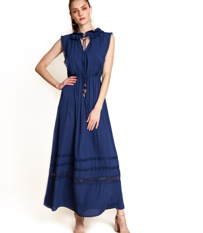 Long plain dress with lace on the neck, sleeveless.