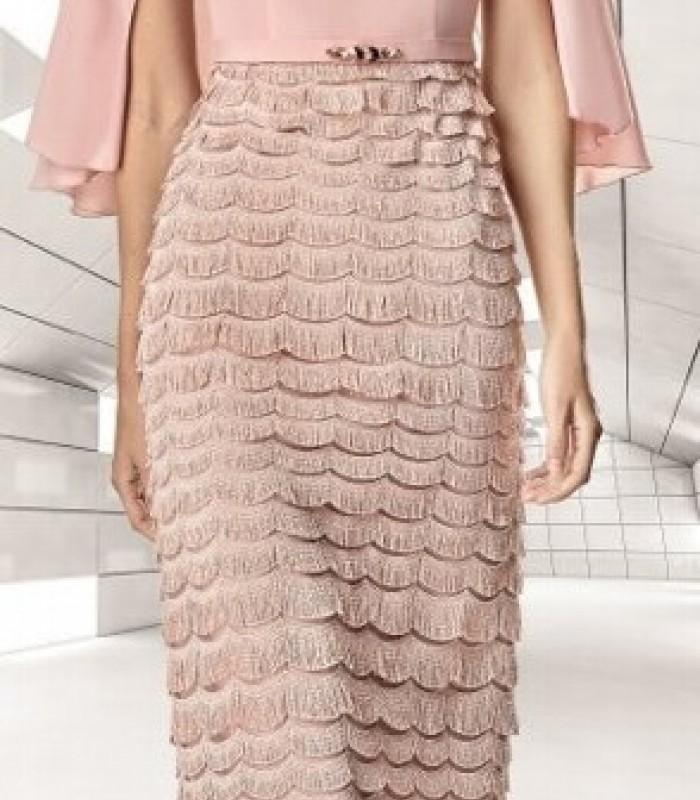 vestido corto rosa palo y falda de flecos