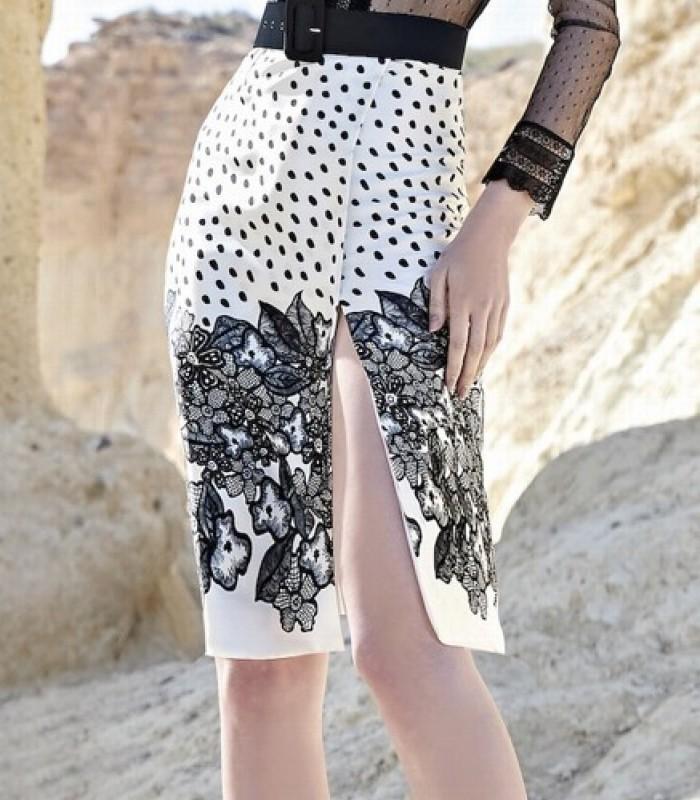 Vestido abertura lateral de topitos y encaje
