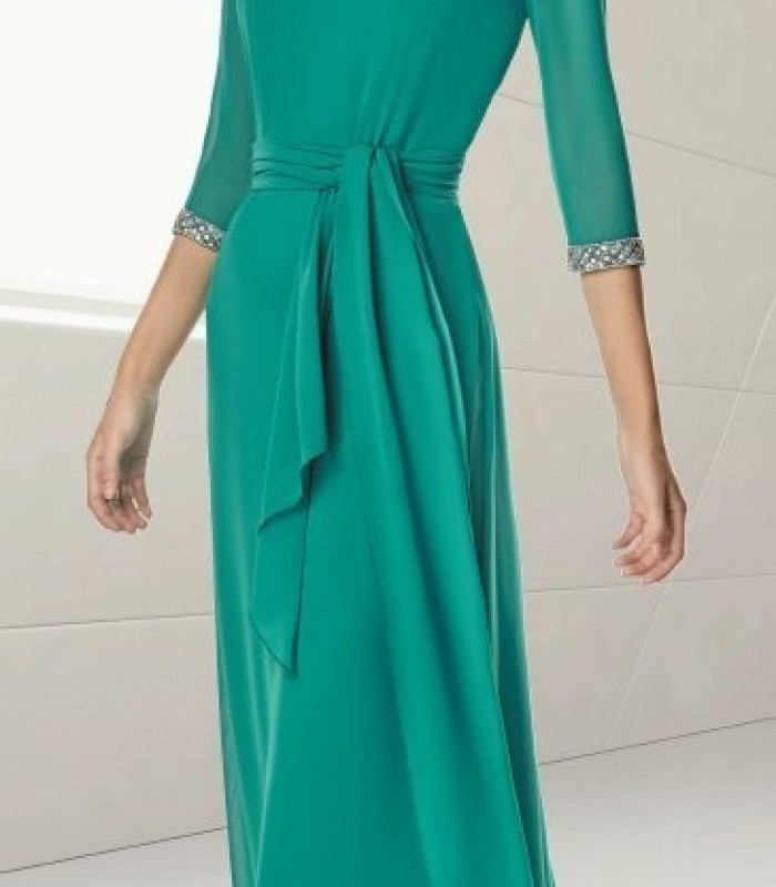 Long plain dress with free fall and belt.