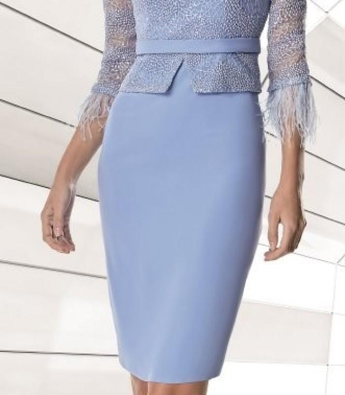 Vestido azul corto de encaje y plumas en las mangas