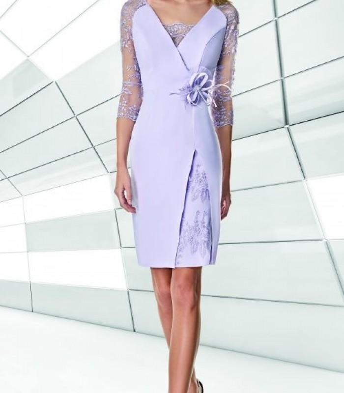 Vestido corto con bordados y flor