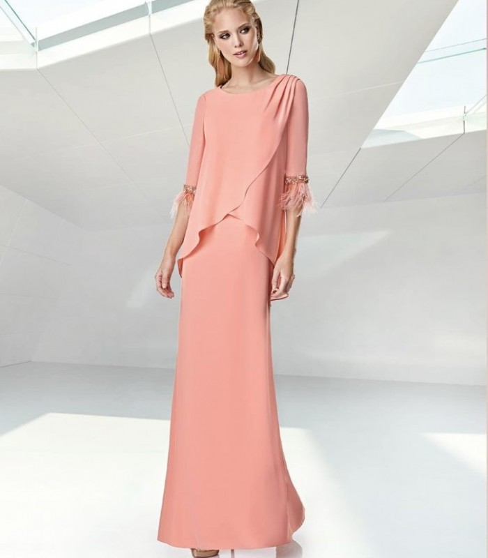 Long dress with ruffles and feathers on the sleeves