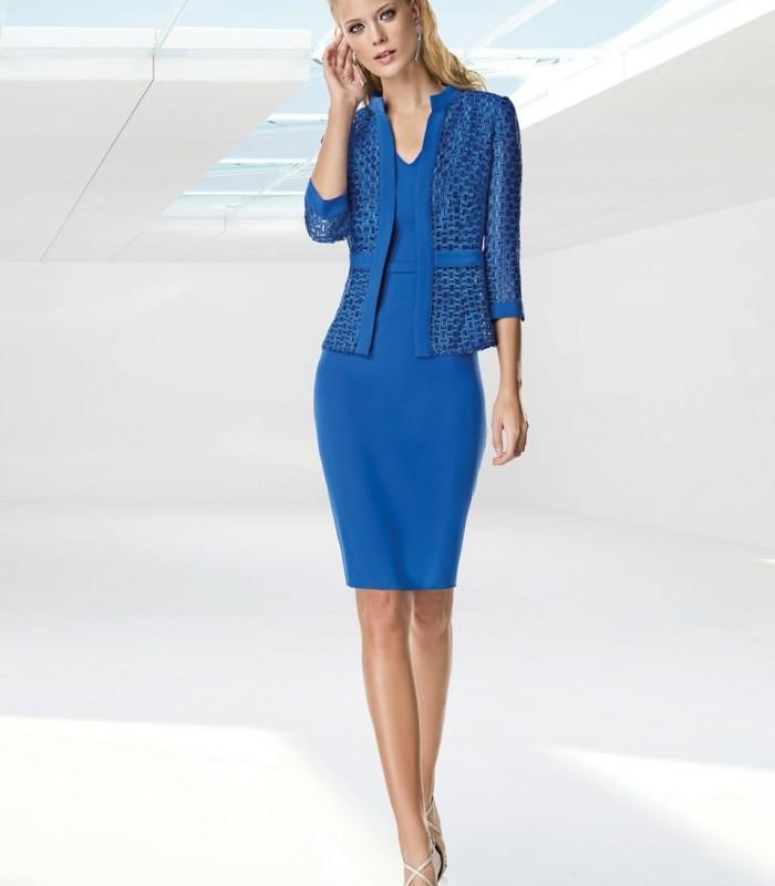 Vestido corto recto y chaqueta de estampado asimétrico