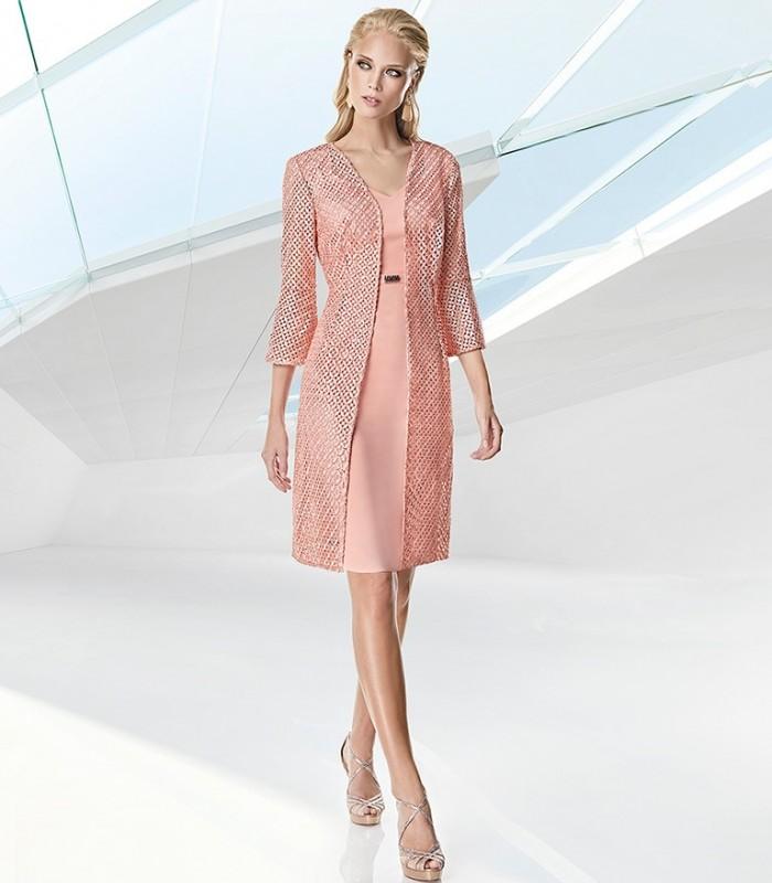 Vestido corto y abrigo bordado rosa