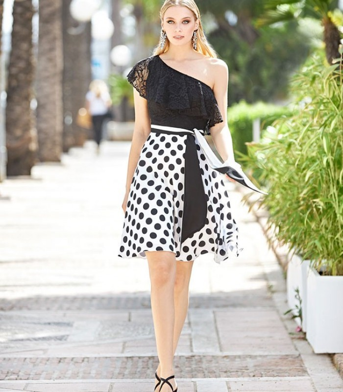 Vestido midi bicolor con escote asimetrico y falda de lunares