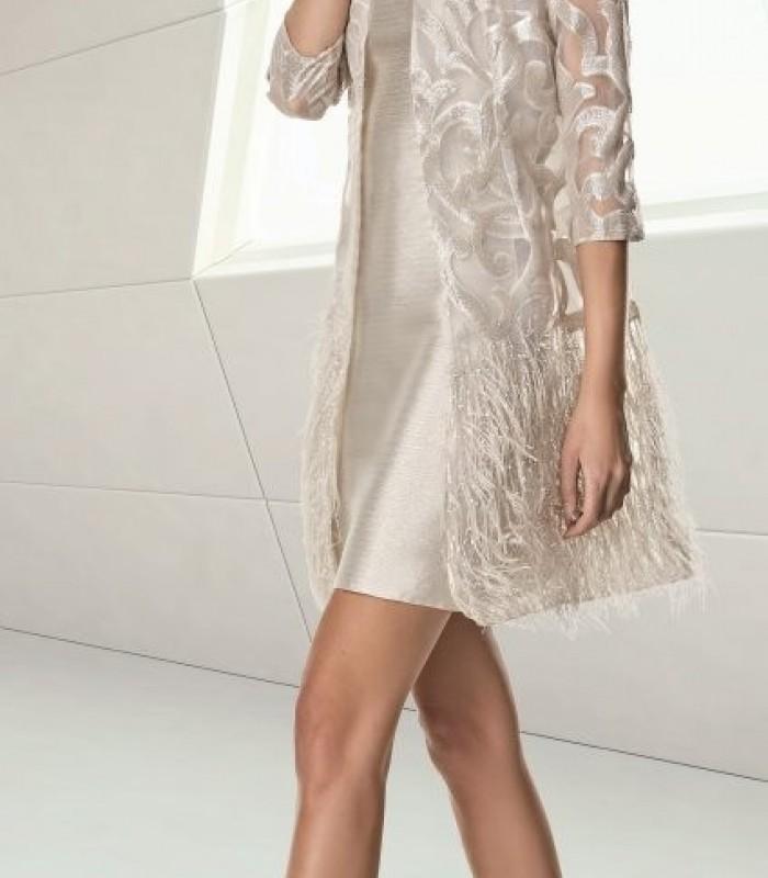 Conjunto vestido corto y abrigo de bordado y plumas