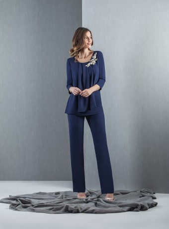 Set pleated blouse with flared and plain pants