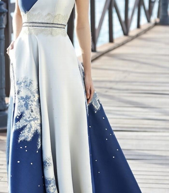 Vestido largo de escote cruzado con bordado y pedrería