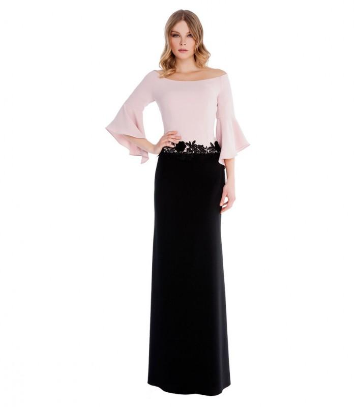 Vestido largo liso doble con bordado en la cadera y mangas mariposa