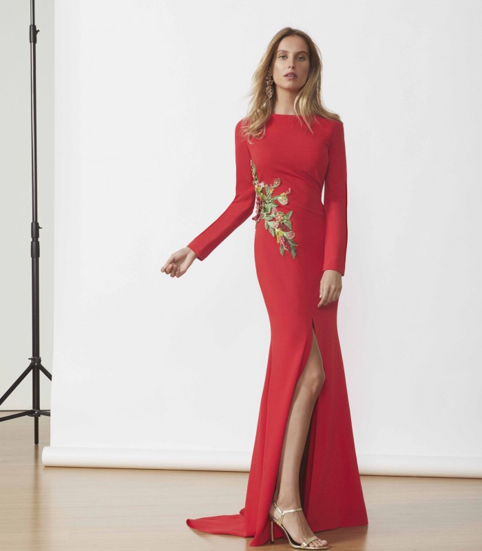 Long dress with low sleeve and slit in the skirt
