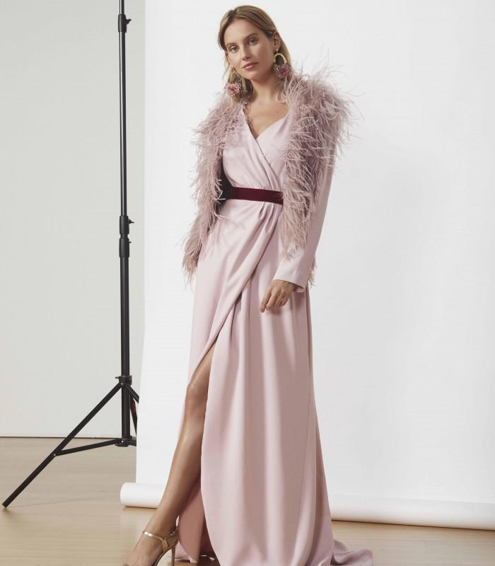 Vestido con escote cruzado y falda con abertura lateral