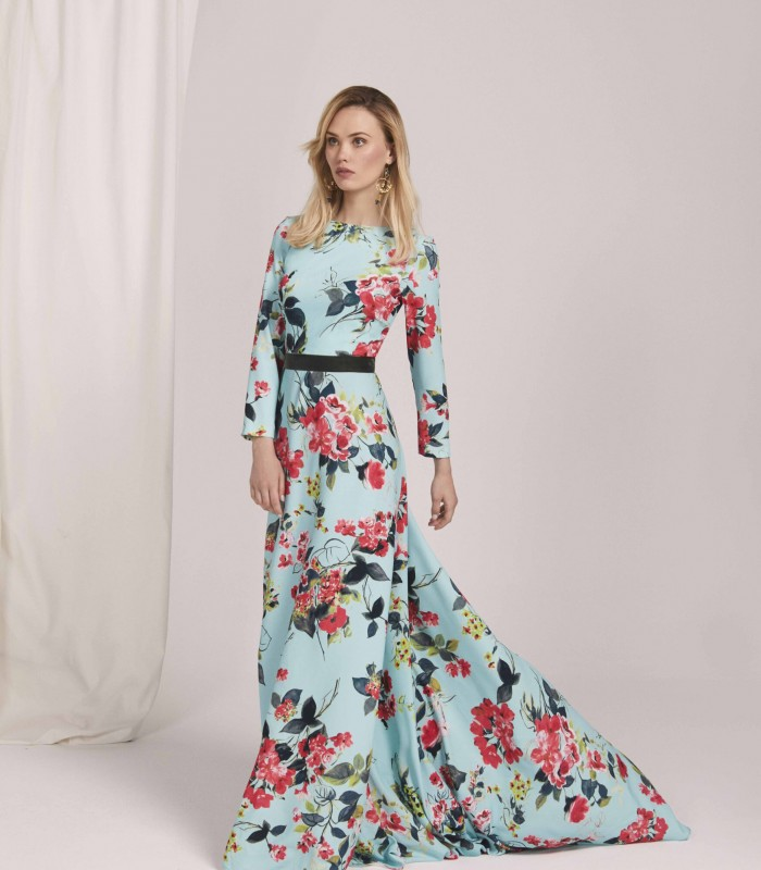 Long printed dress with low sleeve and court train