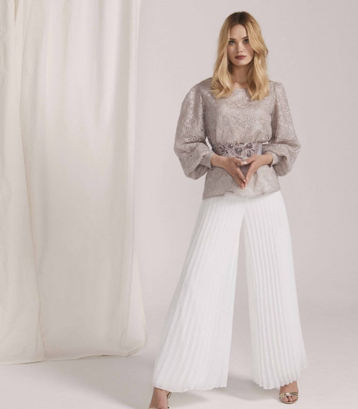 Set with low puffed sleeve and pleated trousers