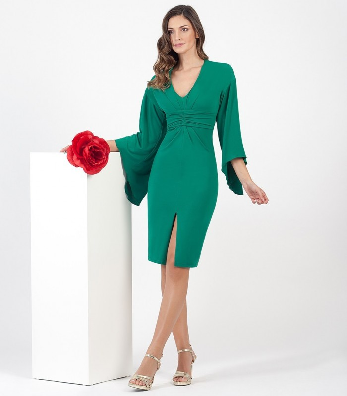 Short dress with gathered at the waist and asymmetric sleeves
