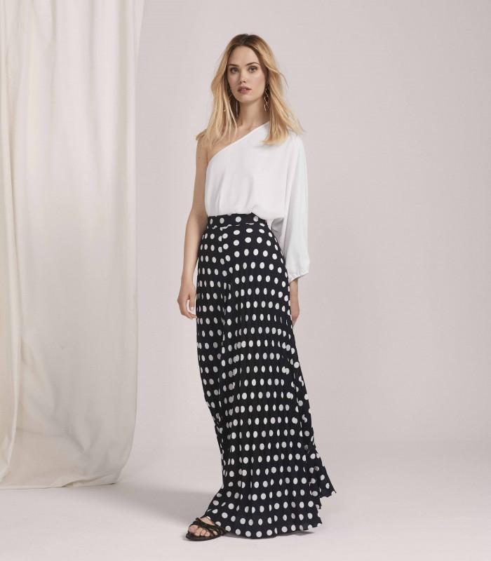 Conjunto con escote asimetrico y pantalones de lunare estilo palazzo