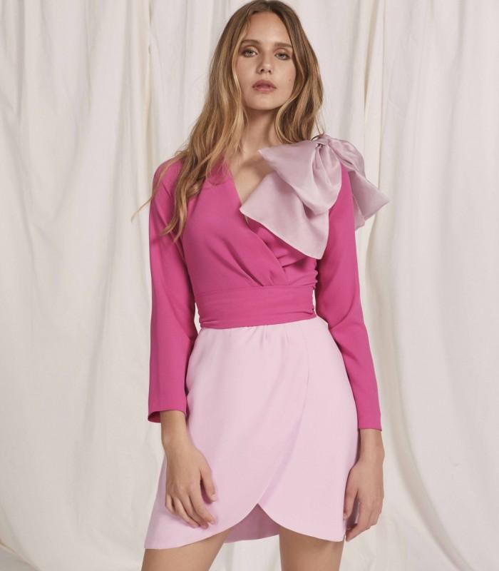 Vestido corto con escote cruzado con aplique y falda tulipán