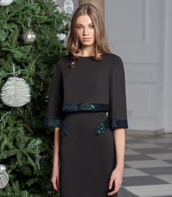 Straight dress with details on sleeves and pockets