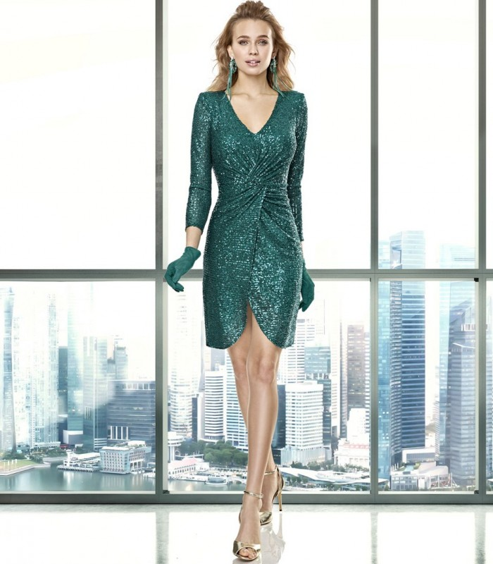 Shiny short dress with V-neckline and gathered at the waist
