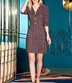 Vestido corto estampado con escote en V y botones en el centro