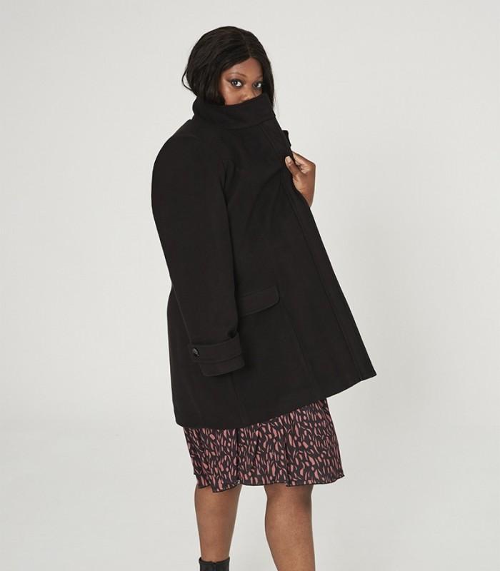 Abrigo con solapa cuello mao y bolsillos y trabilla en la manga
