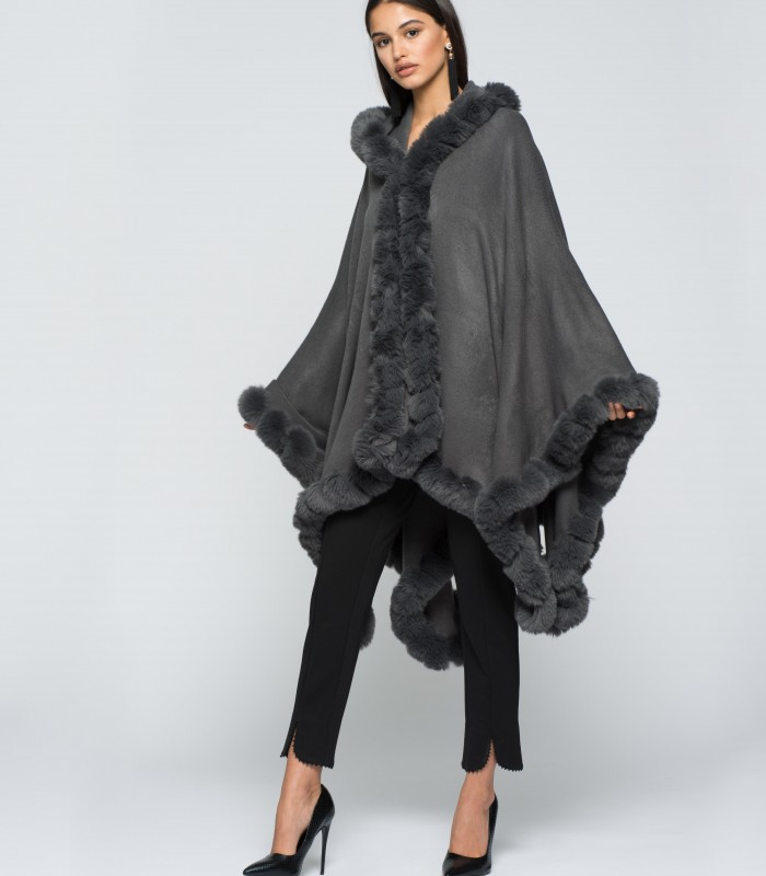 Poncho gris combinado con pelo en los extremos y capucha