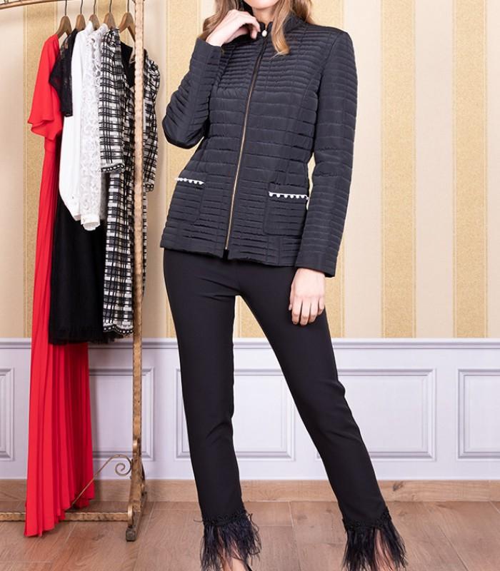 Abrigo con patrón de líneas y detalles en los bolsillos