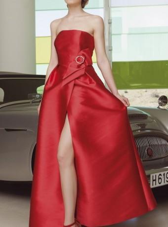 Vestido rojo palabra de honor y apertura delantera