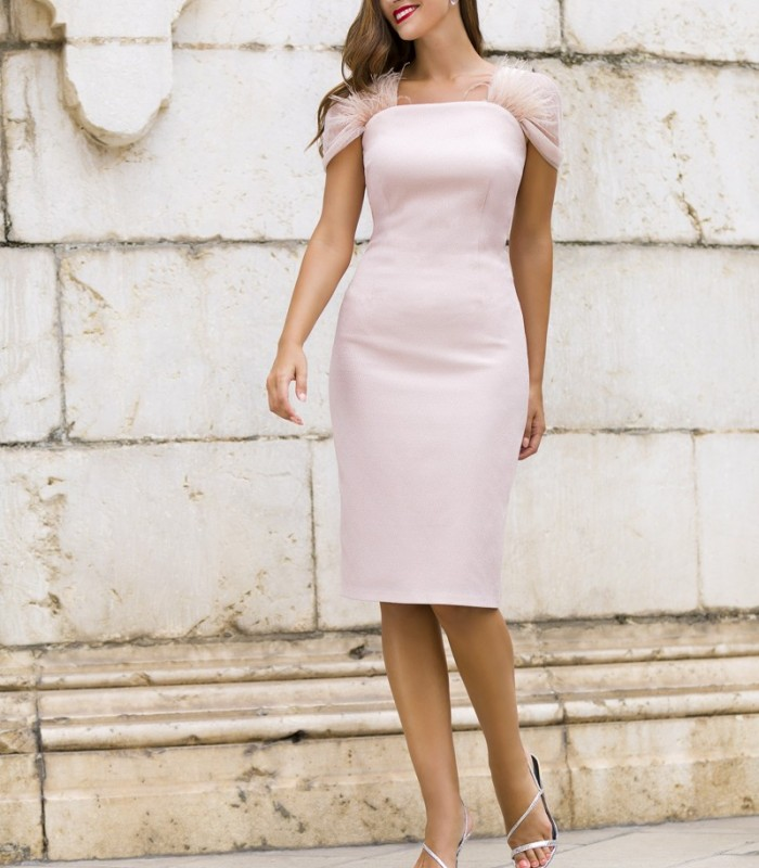 Dress with straight neckline and feathers on the sleeves