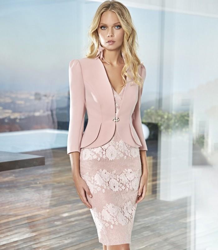 Conjunto chaqueta y vestido de encaje con rosas blancas