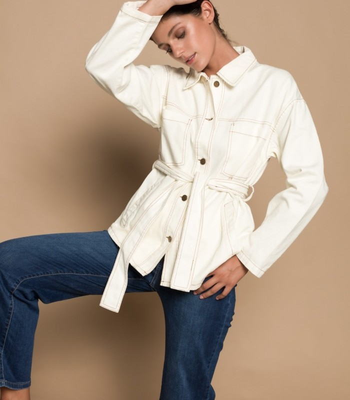Oversized long-sleeved denim jacket with belt included