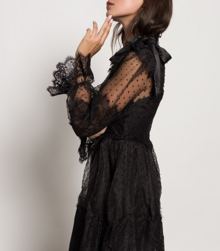 Vestido plumetti negro con cuello redondo y manga larga