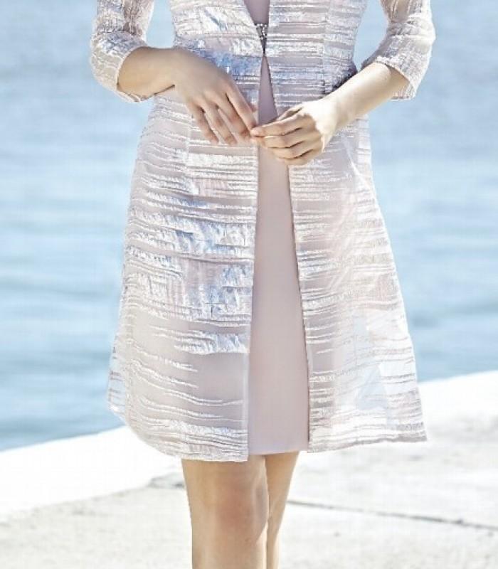 Levita nude de manga francesa y vestido corto con escote pico