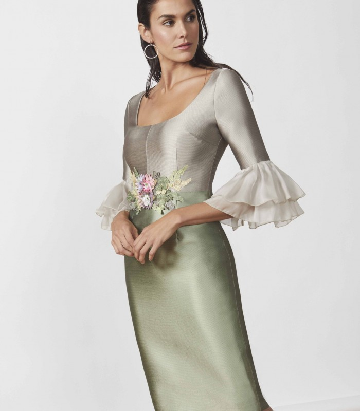 Short straight dress with ruffle sleeves and embroidered at the waist