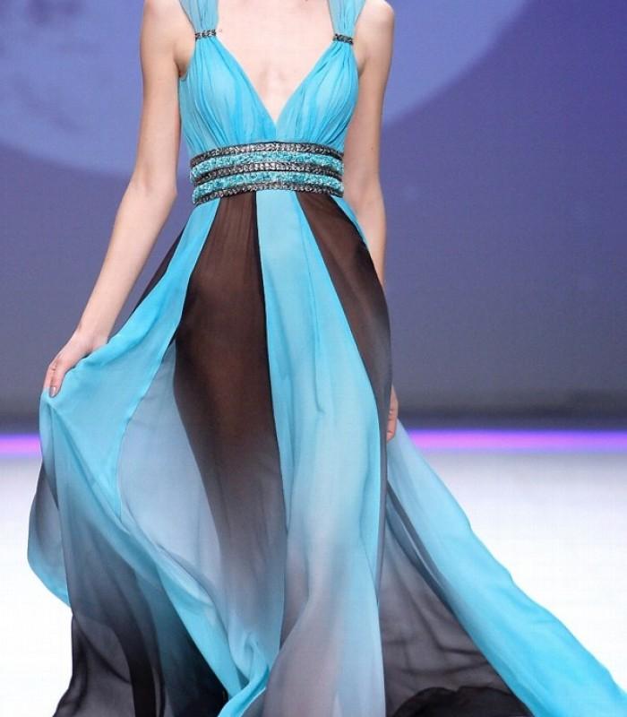 Vestido estampado azul con abertura frontal y escote profundo