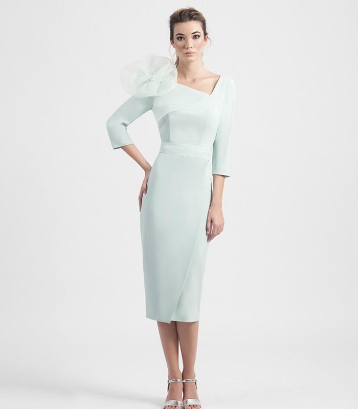 Vestido midi de escote asimétrico con detalle de flor en organza