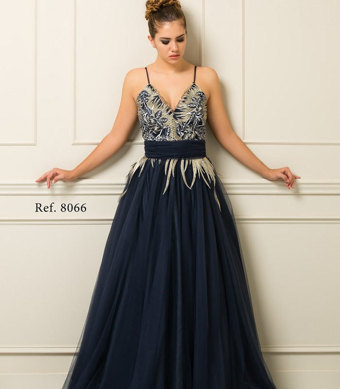 Vestido largo azul marino con plumas