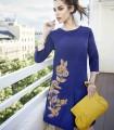Vestido azul de punto con flores bordadas