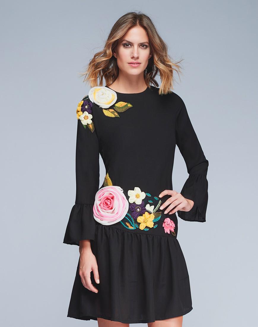 cc7aede03 Vestido negro con aplicaciones florales ...